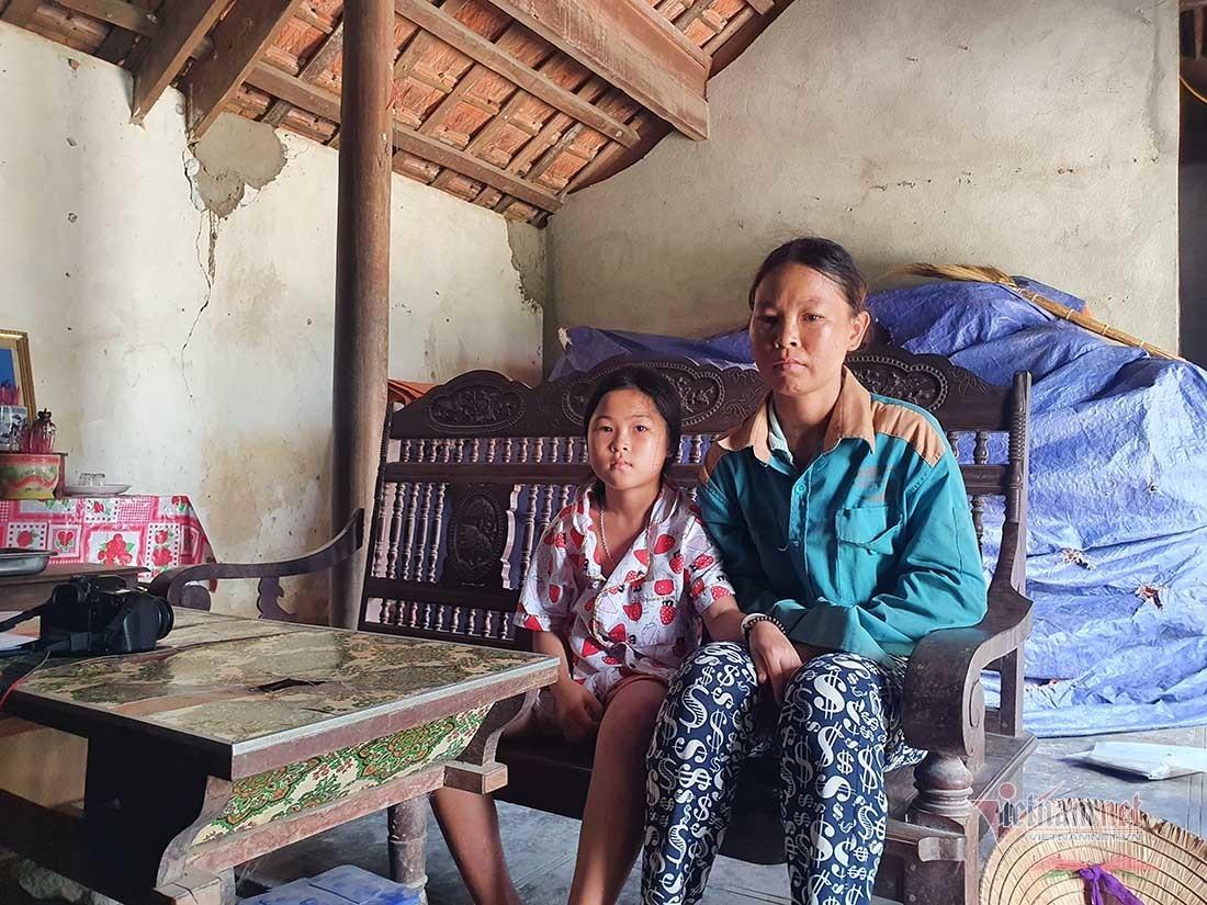 Xót xa 'trụ cột' 10 tuổi chăm mẹ tâm thần, bà cố bại liệt