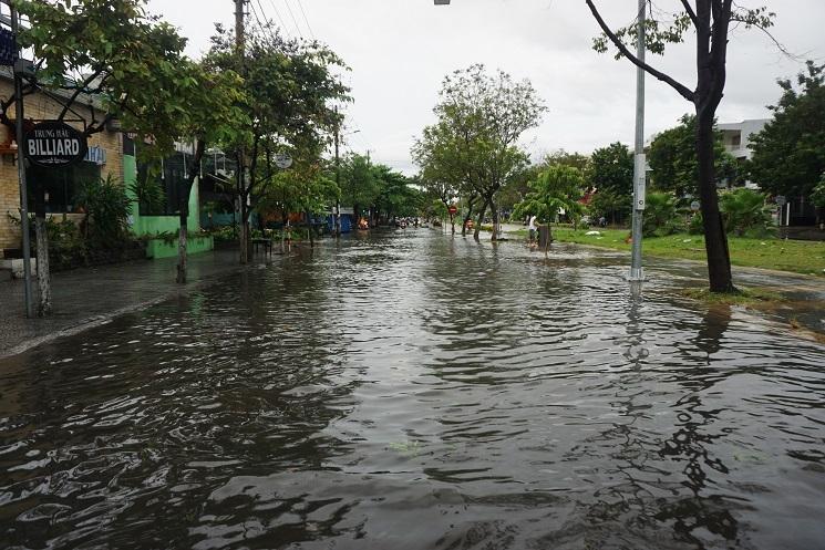 Mưa xối xả, đường Đà Nẵng thành sông, nhà dân bị nhấn chìm ở Quảng Nam