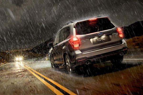 Chạy xe dưới trời mưa bão, xử lý thế nào cho an toàn?