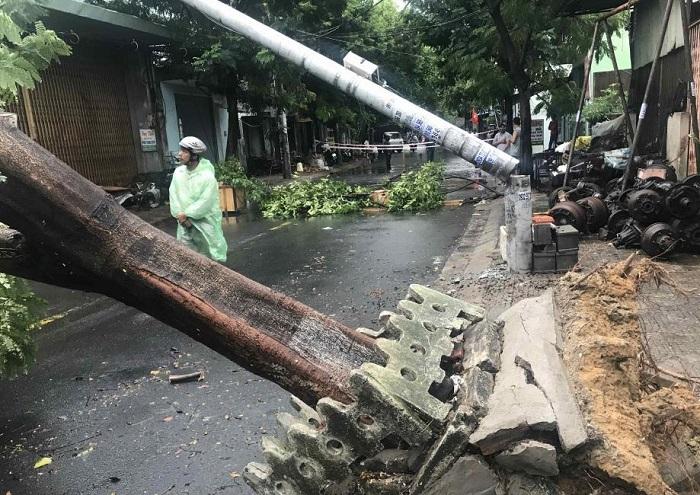 Một trụ điện ở Đà Nẵng gãy ngang trong bão số 5