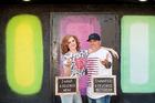 Cặp đôi tưng bừng chụp ảnh kỷ niệm ngày ly hôn