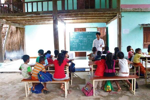 Couple openfree classes for poor children in Kon Tum