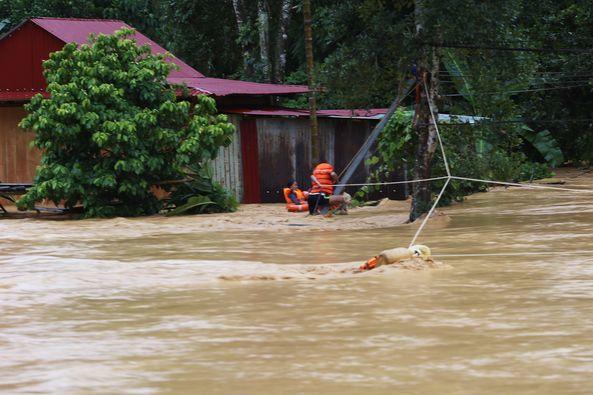 Thót tim cảnh đu dây giải cứu 9 người dân giữa dòng lũ ở Quảng Nam