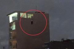 Bàng hoàng phát hiện người đàn ông tử vong trong tư thế treo cổ lơ lửng trên bờ tường căn nhà cao tầng