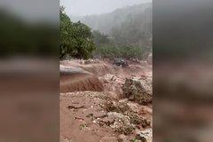 Bão lũ lớn 'cuốn phăng' cả bãi biển trên đảo Hy Lạp