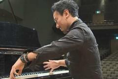 Nghệ sĩ dương cầm chơi đàn chỉ với 7 ngón tay