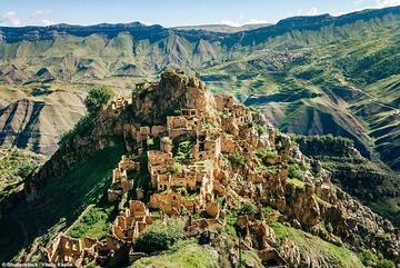 Những ngôi làng ma lụp xụp, đổ nát tại một địa điểm heo hút không người ở