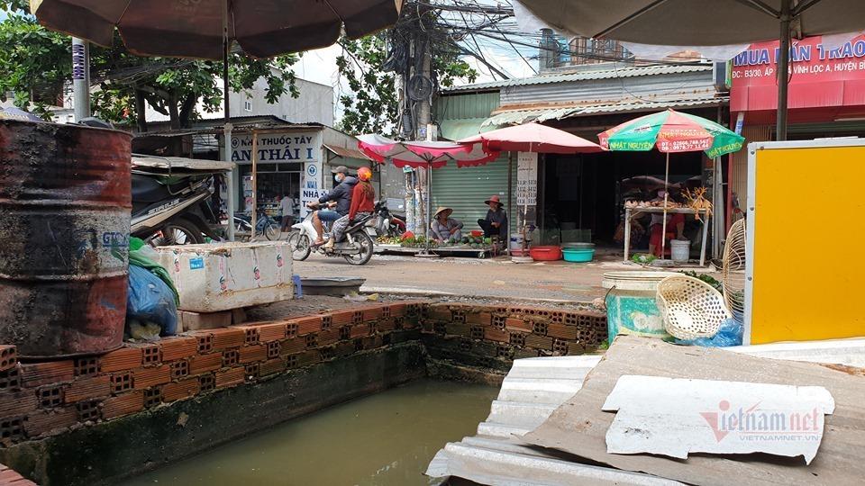 Phóng lên vỉa hè, thanh niên cùng xe máy rơi hố sâu ở Sài Gòn