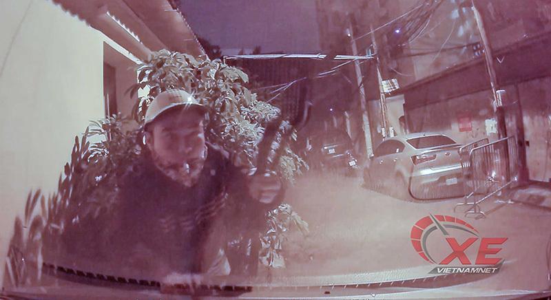 Hà Nội: Camera hành trình 'tóm' kẻ trộm gạt mưa ô tô lúc rạng sáng