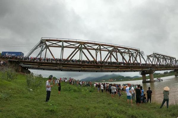 Nam phụ xe nhảy xuống sông cứu cô gái bị ngã, cả 2 cùng tử vong