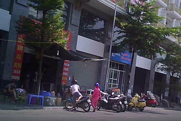 'Thủ phủ' hàng nhập lậu ở Hà Nội đồng loạt gỡ biển nhưng vẫn ngang nhiên mua bán