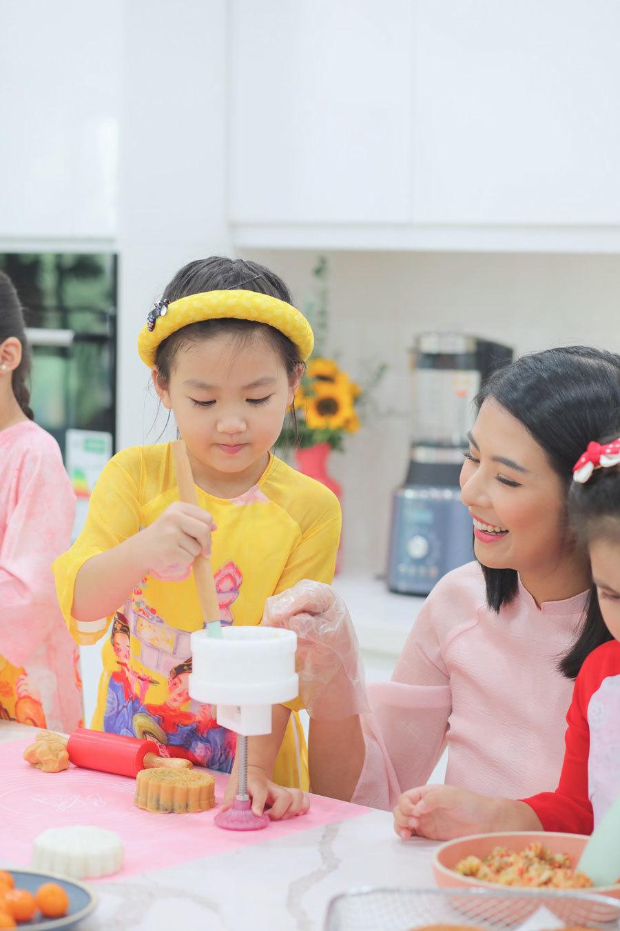 Hoa hậu Ngọc Hân làm bánh trung thu tặng người thân