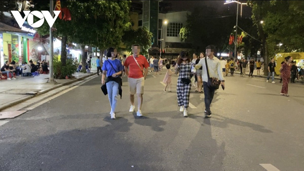 Hanoi locals ignore COVID-19 warnings as pedestrian streets reopen