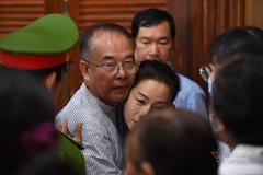 Ông Nguyễn Thành Tài nhận 8 năm tù và những cái ôm người thân tại toà