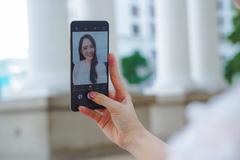 Làm điện thoại camera ẩn dưới màn hình có dễ?