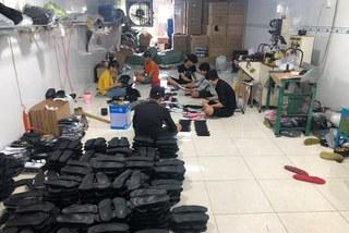 Bắt quả tang cơ sở đang sản xuất dép nghi nhái thương hiệu Adidas