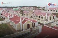 Người dân Triều Tiên khóc nức nở khi nhận được nhà mới sau bão lũ