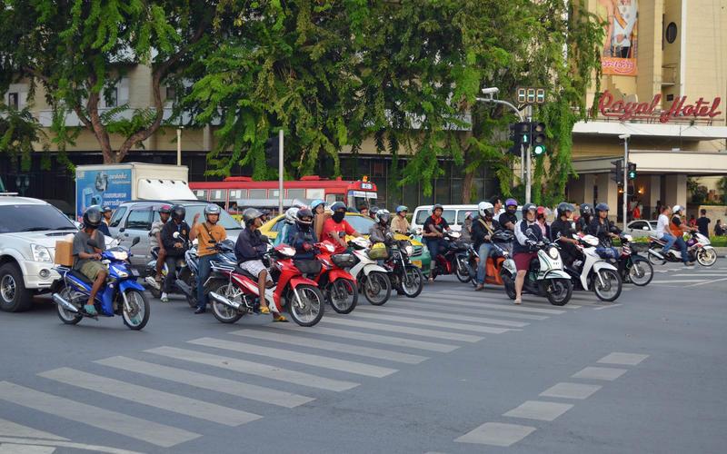 Quy định giao thông kỳ lạ: Cấm cởi trần khi lái xe, để xe hết xăng là phạt tiền