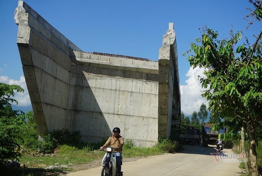 Cầu vượt 10 tỷ đồng không có lối lên ở Đà Nẵng