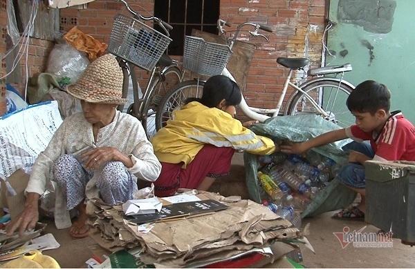 Cụ bà 70 tuổi còng lưng nhặt ve chai nuôi 4 đứa cháu mồ côi