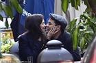 Katie Holmes hôn cuồng nhiệt bồ trẻ kém 8 tuổi giữa phố