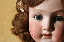 Nghe thấy tiếng búp bê khóc, bé gái 4 tuổi liên tục mất ngủ, người mẹ dửng dưng cho đến khi phát hiện sự thật