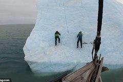 Thót tim xem núi băng lật ngược, hất nhà thám hiểm xuống nước lạnh ngắt