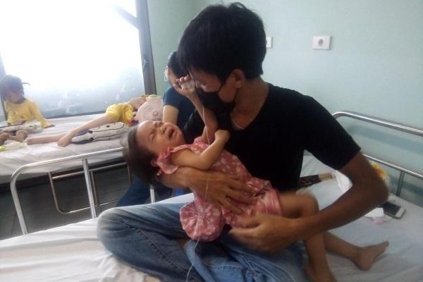 Bé gái 3 tuổi bị ung thư thận, mẹ loạn thần không chăm nổi con