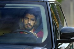 Luis Suarez khóc chia tay Messi và Barca, sang Atletico Madrid