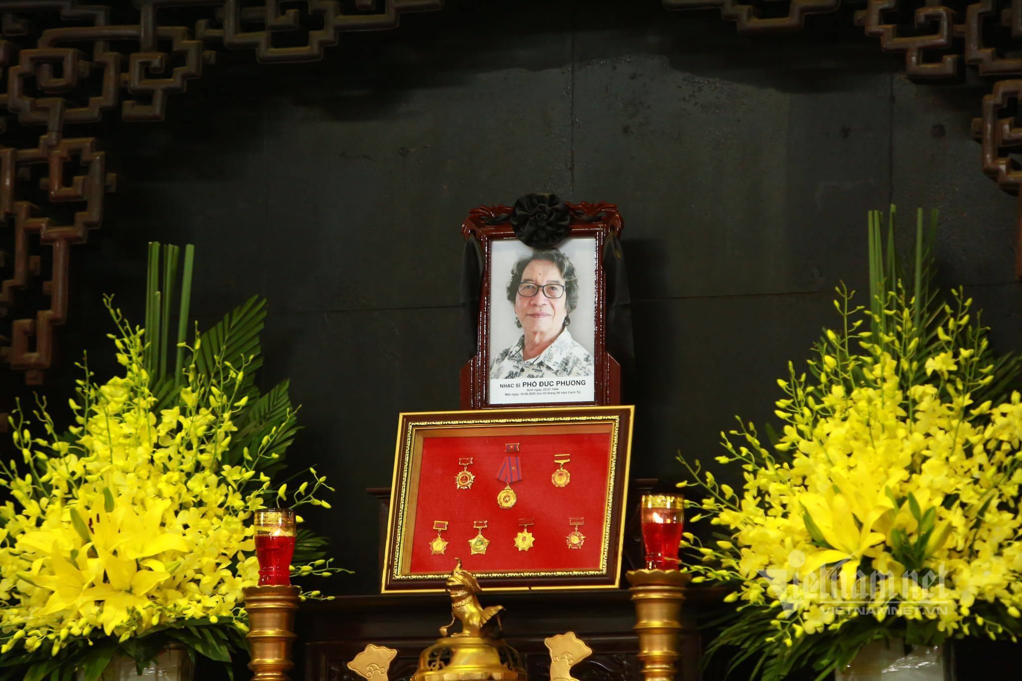 Tùng Dương, Thanh Lam khóc nghẹn bên linh cữu nhạc sĩ Phó Đức Phương