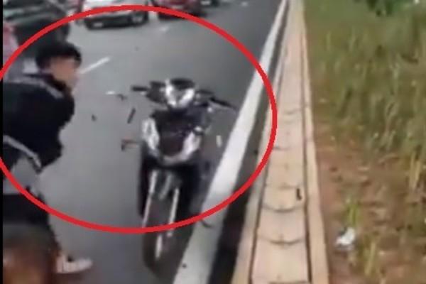 Va chạm xe máy với bà bầu, thanh niên đập nát xe người nhắc nhở ở Hà Nội