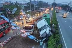 """Container """"hạ gục"""" khung cầu vượt, quốc lộ qua Sài Gòn kẹt không lối thoát"""