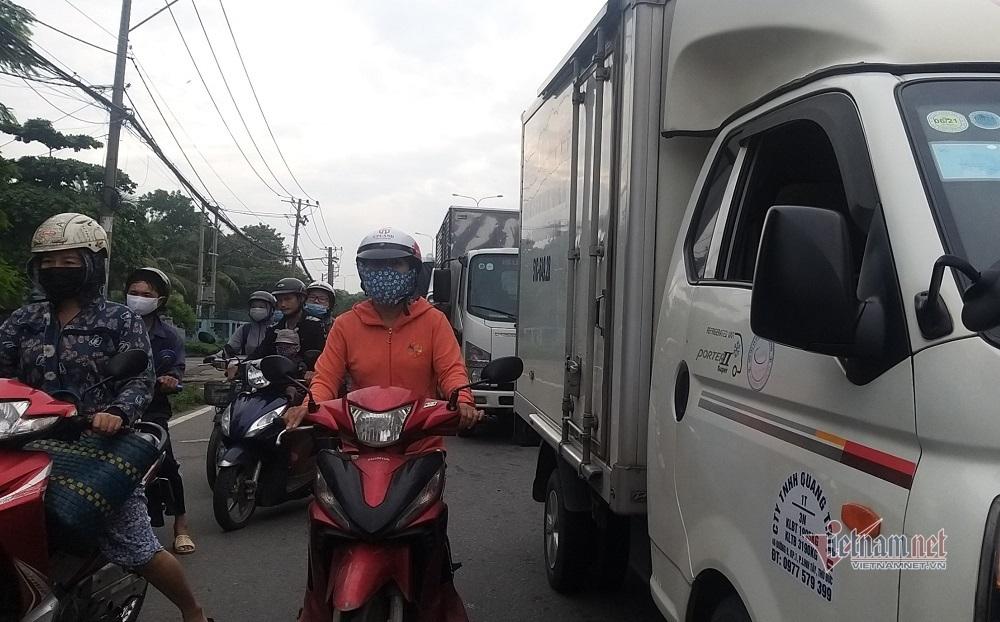 Container 'hạ gục' khung cầu vượt, quốc lộ qua Sài Gòn kẹt không lối thoát