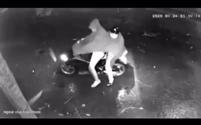 Truy tìm 2 người đàn ông nghi nổ súng vào nhà dân trong đêm