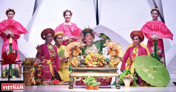 Hau dong costumes shown on the catwalk