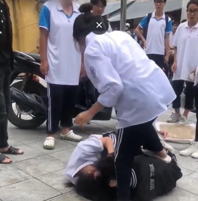 Nữ sinh lớp 10 ở Hà Nội đánh nhau trước cổng trường vì nghi bị 'nhìn đểu'