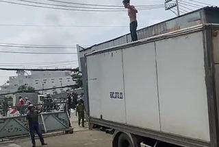 Người đàn ông cầm dao, leo nóc xe tải quậy tưng bừng
