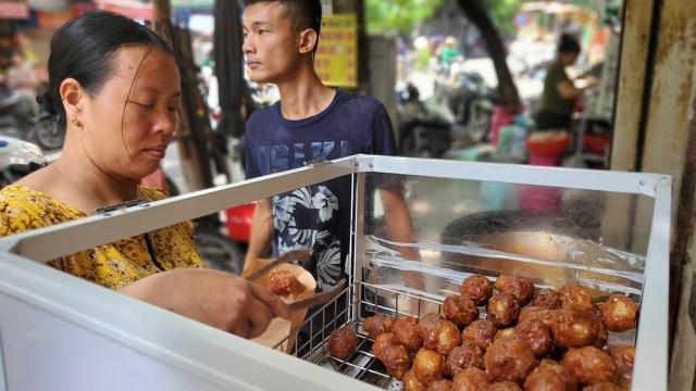 Tiệm bánh rán mỗi ngày bán hơn 2.000 chiếc, thu lời hàng triệu đồng
