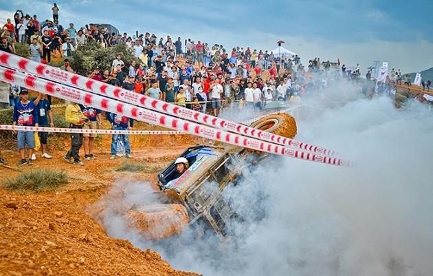 'Bóng hồng' duy nhất chinh phục đường đua khó ở giải ô tô địa hình