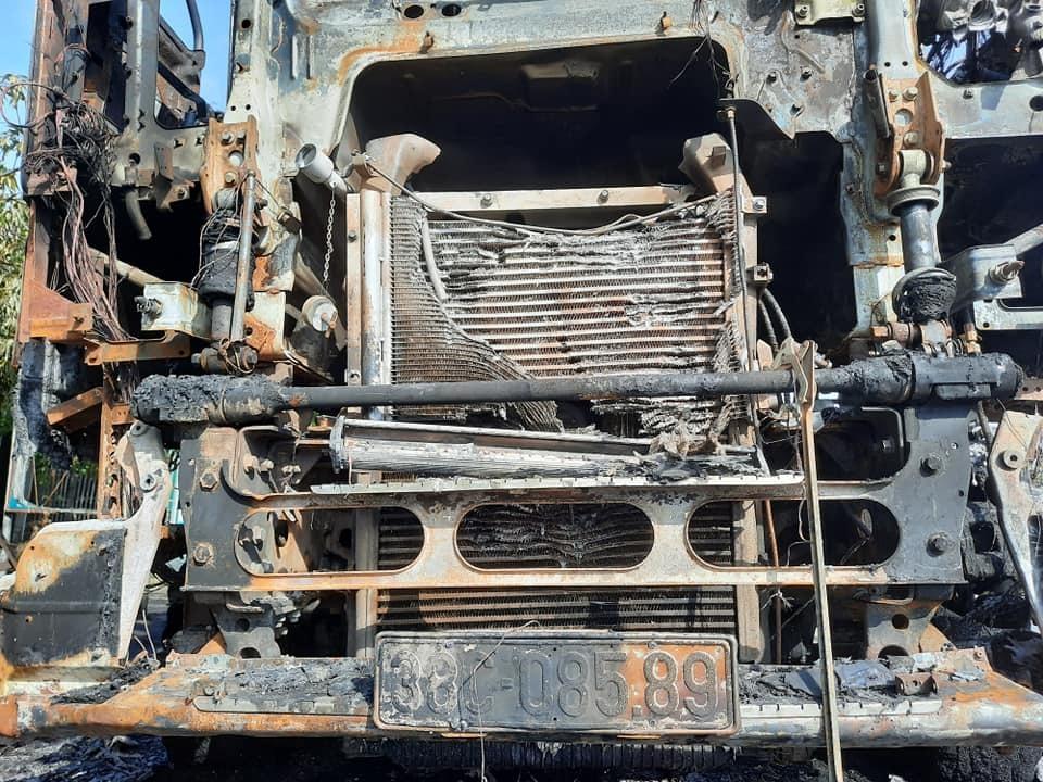 Xe đầu kéo bất ngờ bốc cháy ngùn ngụt trên quốc lộ