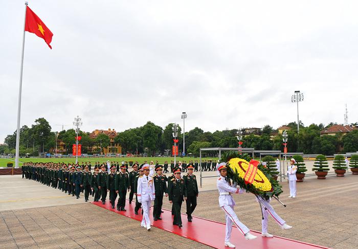 Đại tướng Ngô Xuân Lịch và đoàn đại biểu Quân đội viếng Chủ tịch Hồ Chí Minh