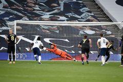 VAR khiến Tottenham tuột chiến thắng phút bù giờ