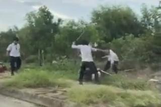Tranh giành khách, 2 nhóm tài xế taxi đuổi đánh nhau bể đầu