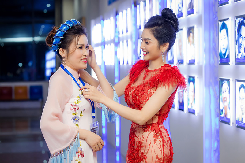 MC Huyền Sâm lộng lẫy với đầm dạ hội
