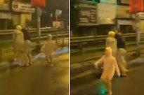 Con nhỏ vừa chạy vừa gào khóc cầu cứu lạc cả giọng vì bố hành hung mẹ giữa đường khiến ai cũng xót xa