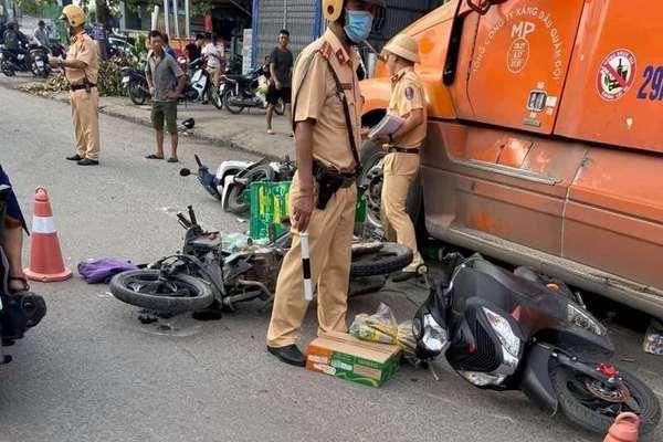 Xe đầu kéo húc văng 7 xe máy đang chờ đèn đỏ trên phố ở Hải Phòng