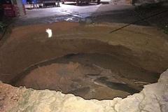 Sau tiếng nổ lớn, 'hố tử thần' sâu 3m chình ình giữa sân nhà dân
