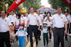 3.000 phụ huynh, học sinh đi bộ vận động đội mũ bảo hiểm cho trẻ em