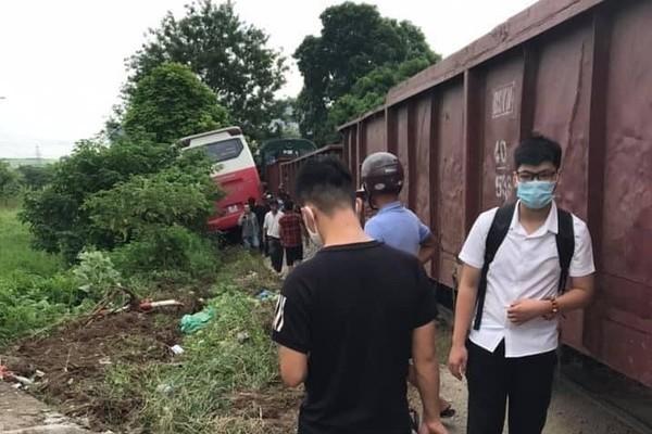 Tàu hỏa va chạm với xe chở học sinh ở Hà Nội, 2 em đi cấp cứu