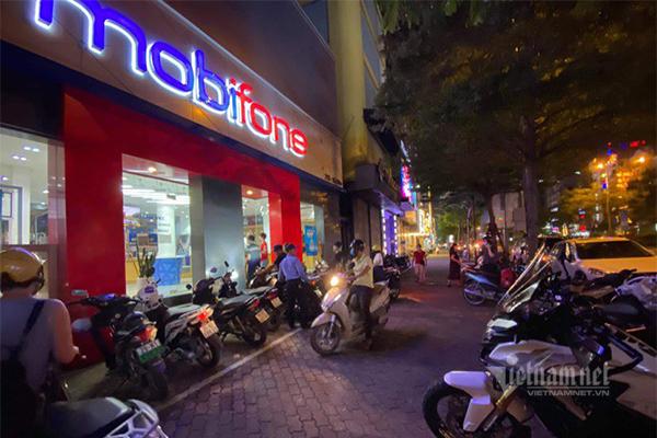 Nhiều chủ thuê bao MobiFone tìm đến điểm giao dịch Xã Đàn trong buổi tối ngày 29/9.